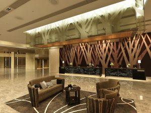 رندر سالن انتظار مدرن کف سنگ گرانیت براق مبل چوب مدرن سالن انتظار لابی هتل A7AI4404