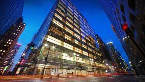 دانلود رندر نورپردازی شب شهر ساختمان مدرن شیشه ای خیابان آسفالت خیس ZA6AE2803