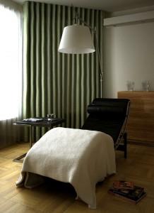 صحنه اتاق راحتی مطالعه استراحت صندلی چرمی آباژور مدل آماده رندر | A7AI0709