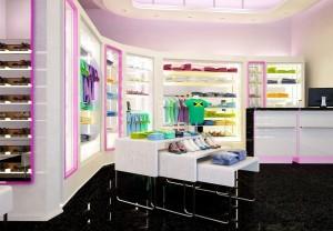 صحنه فروشگاه تجاری کفش لباس تی شرت کانتر فروش کف سرامیک مدل آماده رندر | A7AI1807