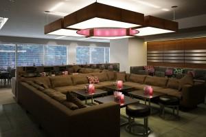 صحنه رستوران کافی شاپ مبل بزرگ ال شمع کوسن میز صندلی چوبی سقف کاذب مدل آماده رندر | A7AI1808