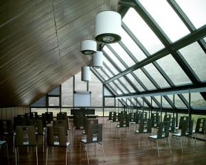 صحنه اتاق کنفرانس اداری کلاس درس صندلی لوستر سقف شیروانی تخته وایت برد مدل آماده رندر | A7AI2201