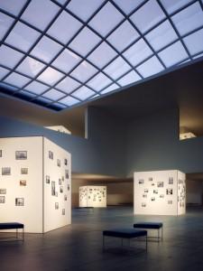 صحنه فضای عمومی گالری عکس تابلو نقاشی سقف شیشه ای مدل آماده رندر | A7AI2601