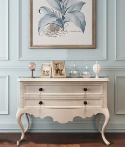 دانلود رندر اتاق پذیرایی کلاسیک دراور چوبی سفید کلاسیک قاب عکس کوچک دیوار گچی کف پارکت تیره مدل آماده رندر | A6Cinsa0303