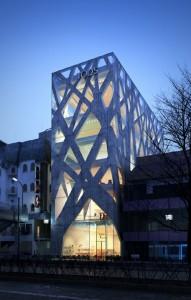 صحنه ساختمان شرکت تادز فروشگاه نما شب نورپردازی بلوار شهر مدل آماده رندر | ZA6AE0705