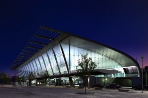 صحنه مرکز تجاری ساختمان شیشه فلزی نورپردازی شب مدل آماده رندر | ZA6AE0907