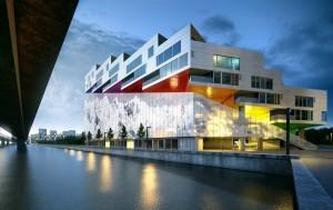 دانلود صحنه ساختمان تجاری اداری مجتمع خرید کنار رودخانه مدل آماده رندر | ZA6AE2008